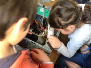 Atelier de démontage d'ordinateur dans le cadre du club science du Centre des Abeilles à Quimper. Electrobidouille, électronique et électricité au programme des 6-10 ans.